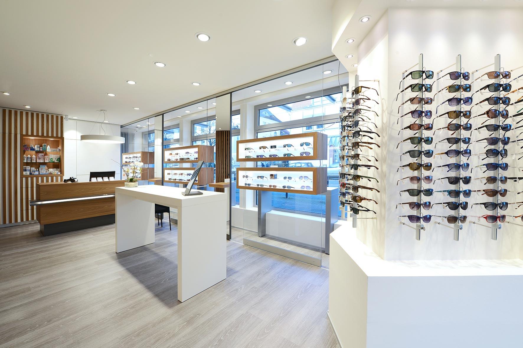 Die Abbildung zeigt eine Interieuraufnahme eines Optikergeschäfts