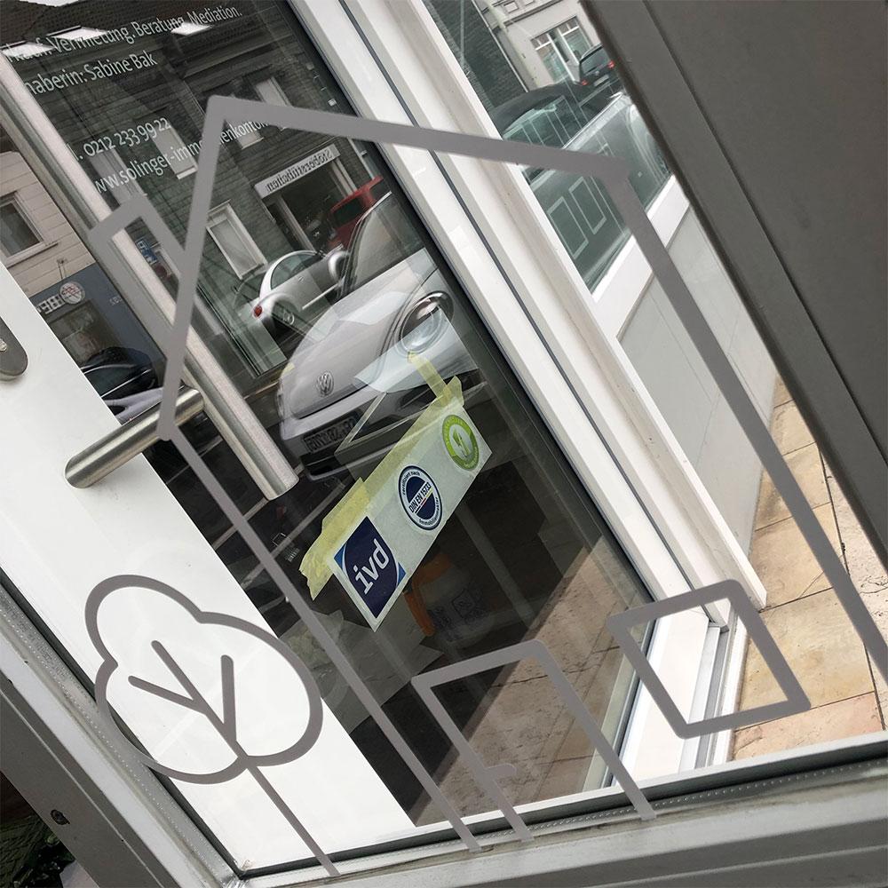 Schaufensterbeklebung des Solinger Immobilienkontors, gestaltet von Frisch ans Werk